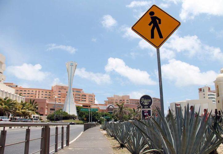 La oferta de cuartos de hotel con que cuenta el bulevar Kukulcán incrementará con el nuevo centro de hospedaje. (Francisco Gálvez/SIPSE)