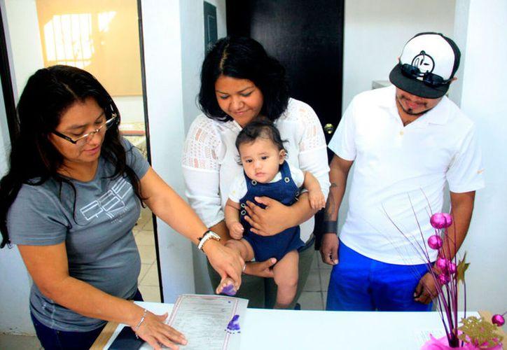 Que toda persona tiene ese derecho y a ser registrado de manera inmediata a su nacimiento. (Redacción/SIPSE)