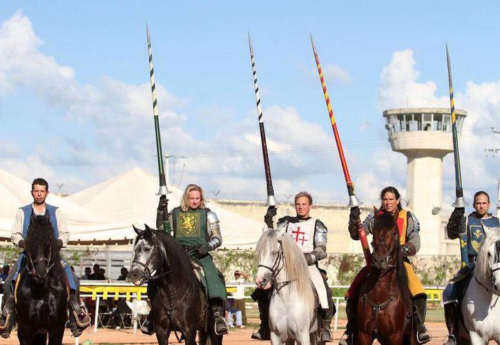 Durante tres horas los jinetes del torneo medieval, deleitaron a reclusos y sus familias en el Cereso. (Milenio Novedades)