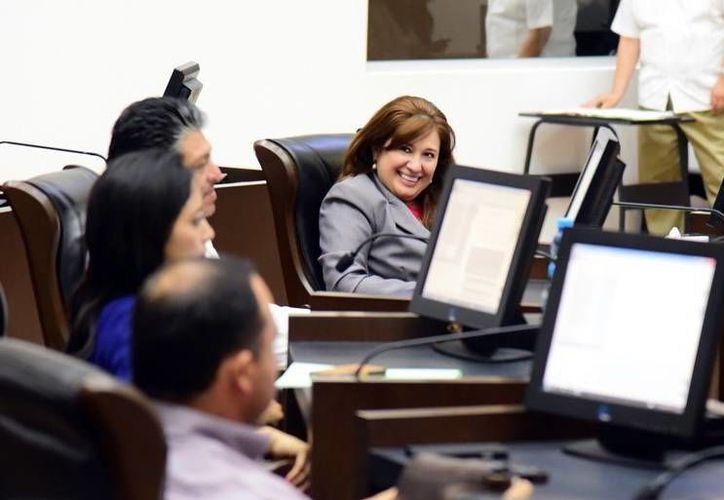 Ayer se efectuó una sesión ordinaria del Congreso estatal. En la imagen en el fondo, la presidenta de la Junta de Gobierno y Coordinación Política, Celia María Rivas Rodríguez. (Milenio Novedades)