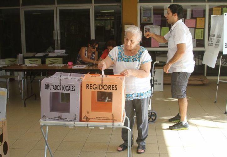 La jornada electoral transcurre con calma en Yucatán y hasta ahora el INE tiene reporte de solo 34 incidentes. La imagen es de una casilla del norte de Mérida. (César González/SIPSE)