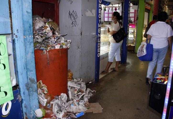 Basura regada en los pasillos del San Benito produce mal olor. (Juan Carlos Albornoz/SIPSE)