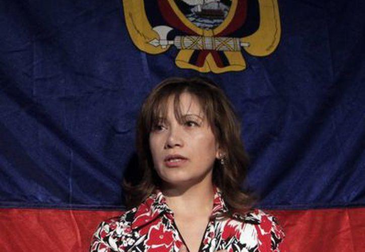 En la imagen, una mujer durante la interpretación del himno de Ecuador. (Archivo/EFE)