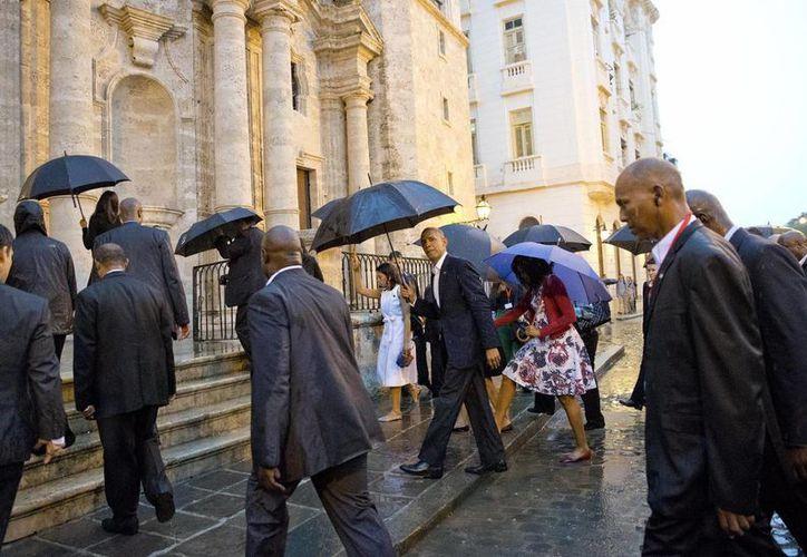 Obama eligió la Catedral de La Habana para su primer paseo por la capital cubana. (AP)