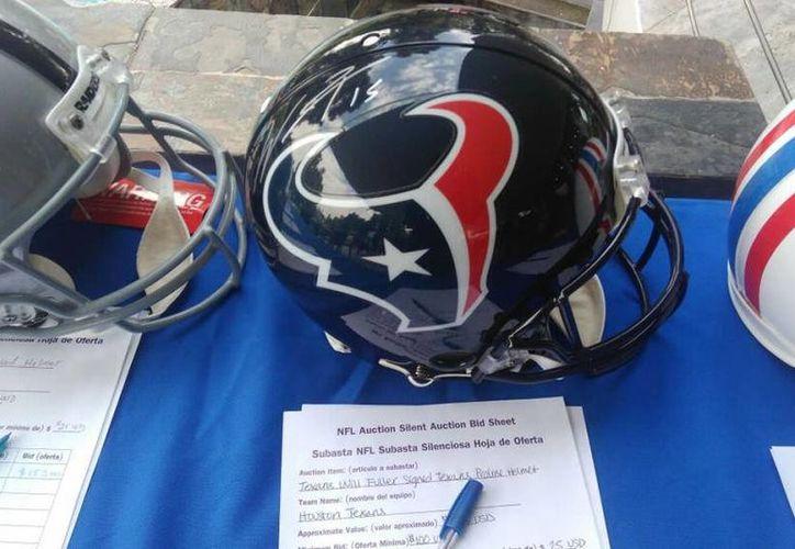 La subasta silenciosa cuenta con balones y jerseys firmados por leyendas y jugadores actuales del Futbol Americano. (Foto tomada de Mediotiempo.com)
