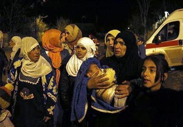 Más de un millón de sirios viven en comunidades sitiadas en ese país y no tienen alimentos suficientes para sobrevivir. (AP)