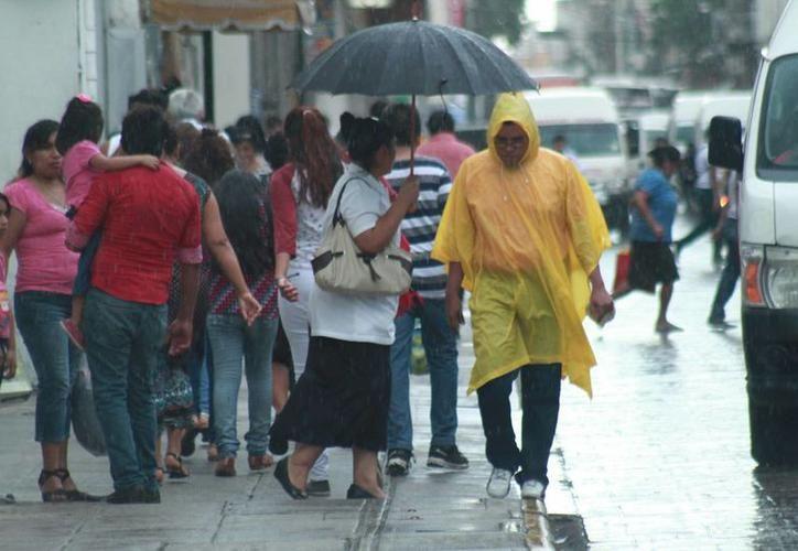Para mañana, una vaguada se posará sobre el centro de la Península de Yucatán, y mantendrá cielo medio nublado con potencial de lluvias fuertes. (SIPSE)