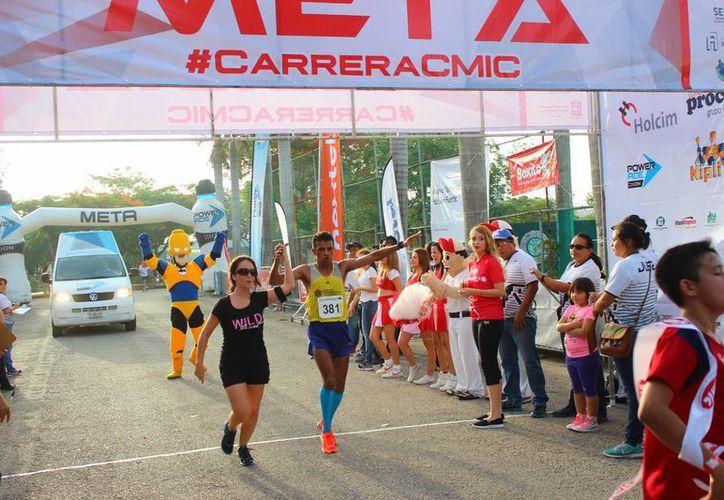 """En la categoría ingenieros, Diego Guerrero Moo fue el ganador con 38'32"""", y en femenil, Alejandra Romero, con 45'51"""". En la foto; los vencedores de la principal categoría cruzan la meta. (Sipse)"""
