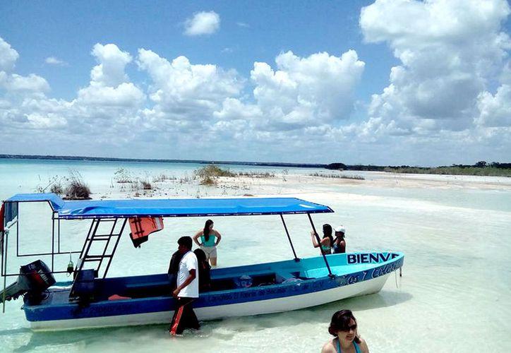 En Bacalar, pocos son los viajes que han solicitado los turistas, mientras que en la ciudad, algunas coladeras se anegaron. (Foto: Javier Ortiz / SIPSE)