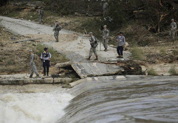 Miembros de la Guardia Nacional apoyan las labores de rescate por el desborde del río Blanco, este martes 26 de mayo de 2015, en  Wimberley, Texas. (Foto: AP)