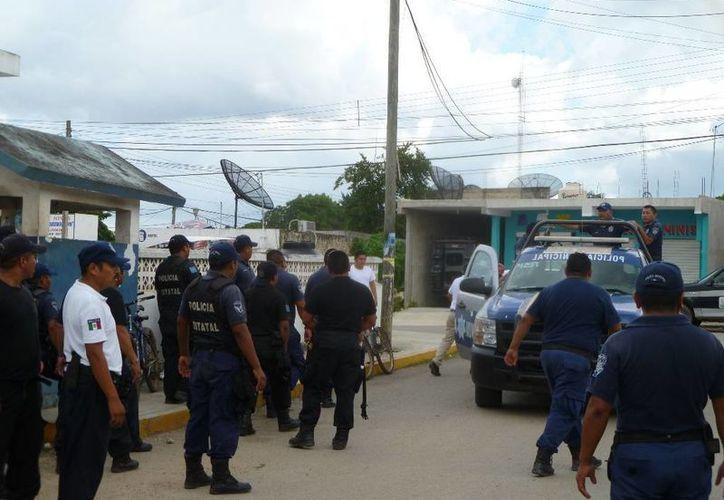 Elementos policíacos ayudaron a escapar de las oficinas de tesorería a los funcionarios. (Raúl Balam/SIPSE)
