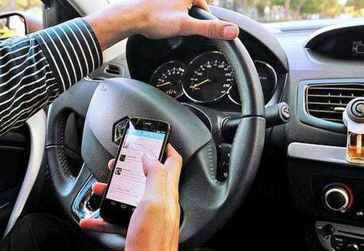 Una de las prácticas difíciles de erradicar entre los conductores es el uso del celular cuando están al volante. (larazon.com)