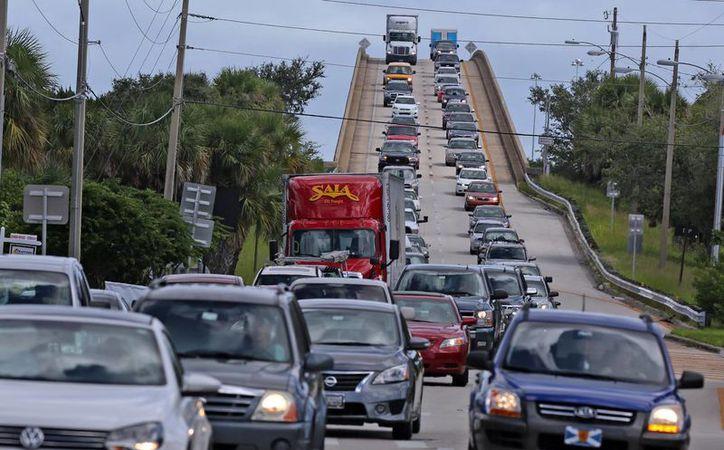 Muchos habitantes de las costas del este de EU prefieren alejarse de la zona ante la cercanía del huracán Matthew. (AP)