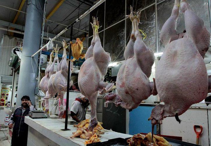 Entre los productos hechos en México que se exportan figuran la miel, carne de cerdo, res, ave y huevo pasteurizado. Imagen de contexto del mercado de San Juan, en la Ciudad de México. (Archivo/Notimex)