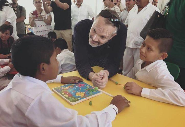 Miguel Bosé aprovecho el evento para convivir y jugar con los niños que estaban presentes. (facebook.com/MiguelBoseOficial)