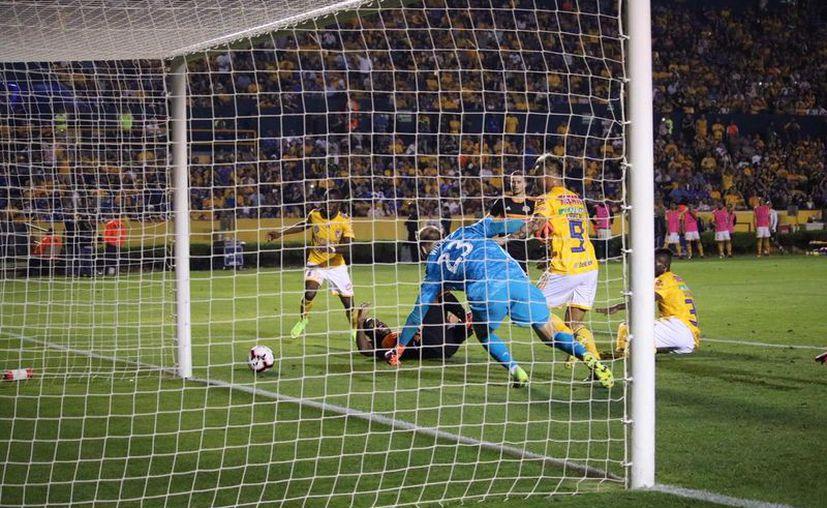 Momento exacto en que Carlos Salcedo anota para dar tranquilidad a Tigres. Su gol era el 3-0 en el marcador global (Foto: @TigresOficial)