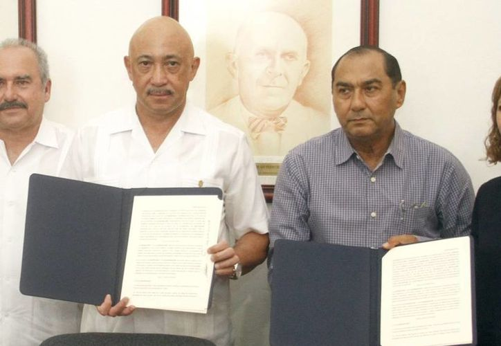 Imagen de la firma de convenio entre la Uady y Segey para la aplicación del programa de Inclusión y Alfabetización Digital en Yucatán. (Milenio Novedades)
