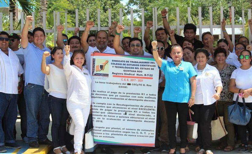 Maestros del Cecyte de Playa del Carmen protestan para exigir el pago de un estímulo correspondiente a la evaluación docente a la que se han sometido desde 2015. (Octavio Martínez/SIPSE)