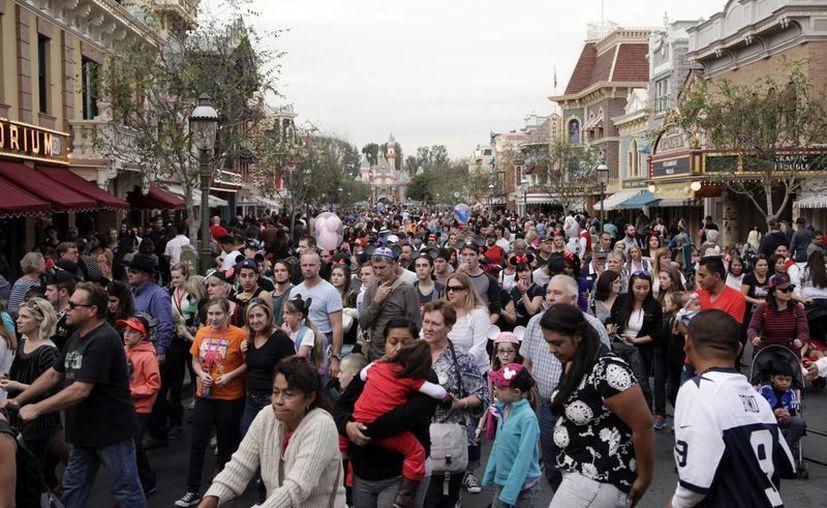Para controlar la epidemia, esta semana se recomendó a los no vacunados que no acudieran a parques de Disney. (Agencias)