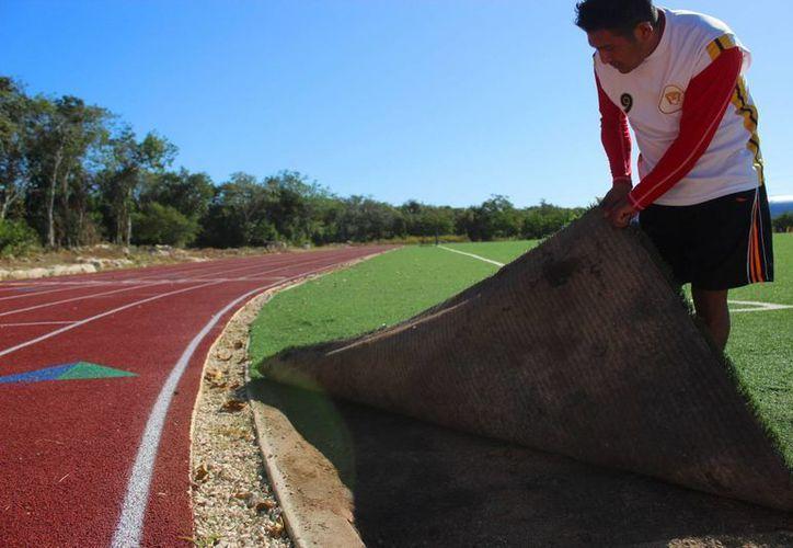 Usuarios del deportivo inconcluso de Puerto Aventuras muestran los desperfectos de dichas instalaciones. (Octavio Martínez/SIPSE)