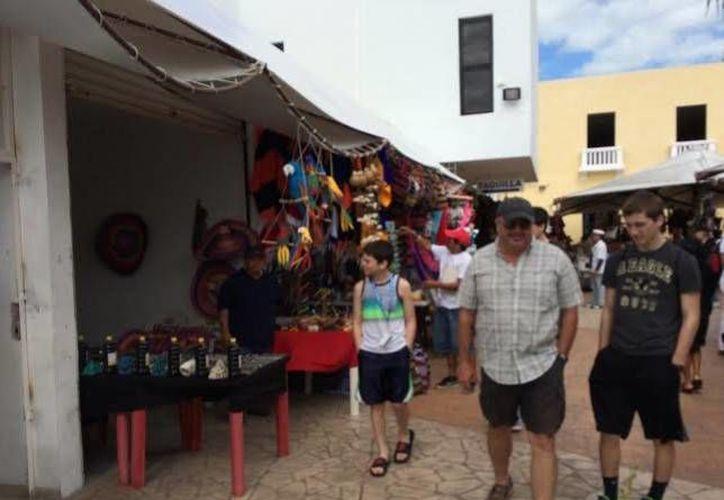 Los comerciantes reportaron débil actividad, ya que los turistas del Carnival Elation venían 'gastados' de Cozumel. (Óscar Perez/SIPSE)