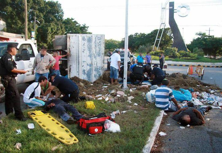 Entre la basura quedaron tirados los empleados que viajaban en la parte trasera del camión del Ayuntamiento accidentado. (Milenio Novedades)