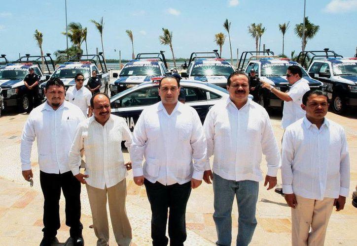 El gobernador del estado entregó las unidades policíacas a los alcaldes. (Redacción/SIPSE)