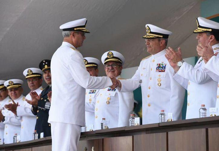 El secretario de Marina, Vidal Francisco Soberón Sanz (d) saluda al almirante Joaquín Zetina Angulo, quien pasó a situación de retiro. (Fotos: Facebook de la Semar)
