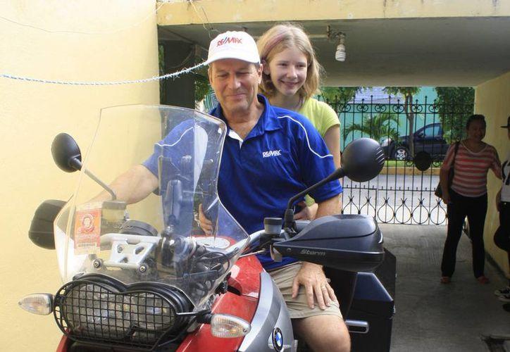 Bruce Johnson y su hija Holly pretenden recorrer siete mil 321 kilómetros. (Harold Alcocer/SIPSE)