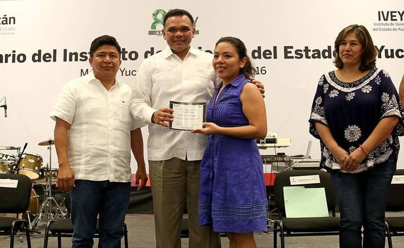 Rolando Zapata Bello entregó estímulos económicos a 18 empleados que cumplen entre 10 y 25 años de servicio. (Milenio Novedades)