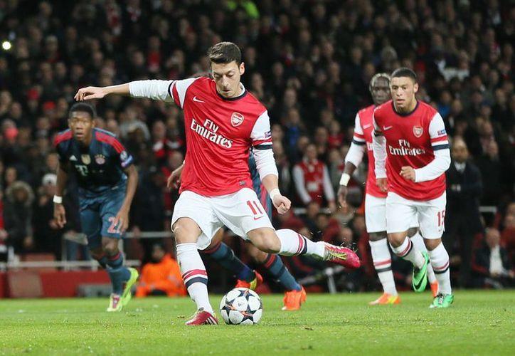El alemán Mesut Ozil (foto) falló un penal cuando el marcador iba 0-0. Poco después el austriaco David Alaba también falló su tiro penal. Los goles cayeron hasta el segundo tiempo. (Agencias)