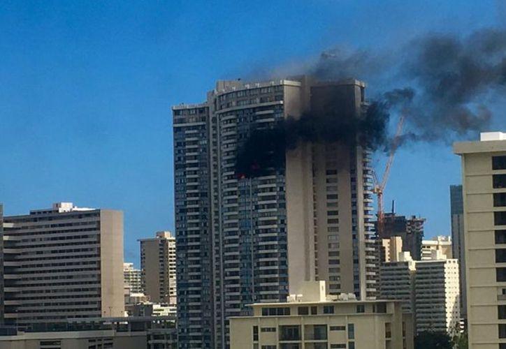 Un incendio encendió las alertas esta tarde en un edificio de Hawái. (Noticieros Televisa)