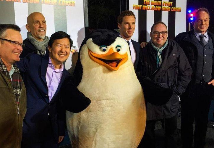 Los Pingüinos de Madagascar y los actores que prestaron sus voces para la película. (Twitter/@20thcenturyfox)