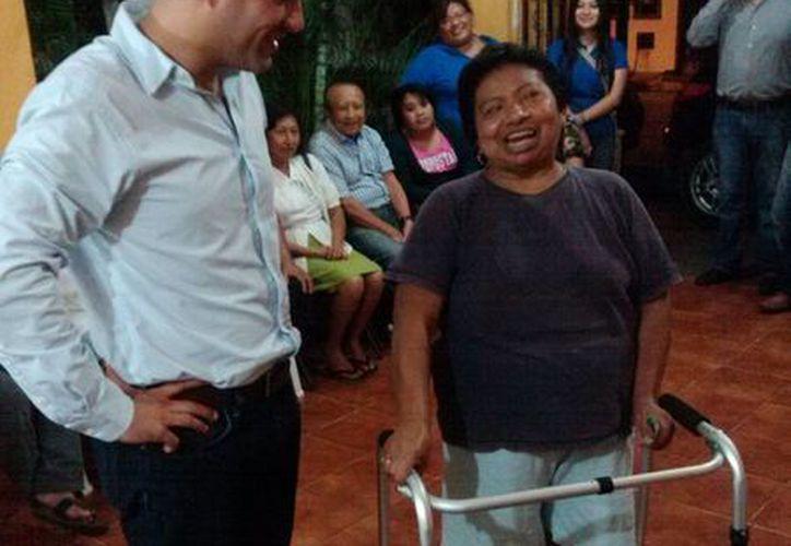 El diputado Mauricio Vila Dosal con Felipa Nelly Chan Tuyub, a quien le entregó un burrito ortopédico para que se pueda mover. (Cortesía)