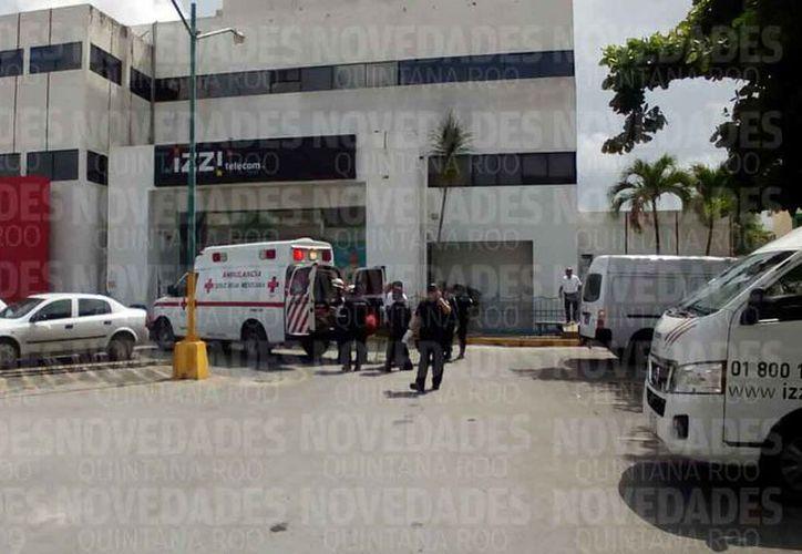 Los paramédicos de la Cruz Roja trasladaron al lesionado al hospital del IMSS de la Región 510. (Eric Galindo/SIPSE)
