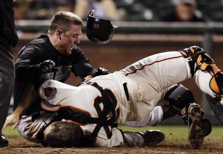 Con la prohibición de derribar deliberadamente a un catcher, la mentalidad de los corredores que quieran anotar tendrá que cambiar, señala la MLB. (Agencias)