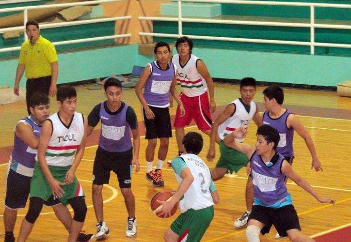 Imagen del partido entre Ticul y Sedatu en el gimnasio Polifuncional de Mérida. (Milenio Novedades)