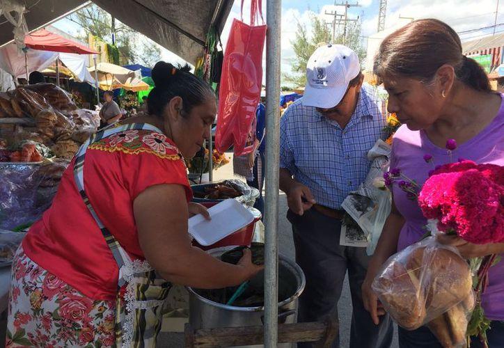 En el mercado se ofrecen tamales estilo oaxaqueño. (Redacción)