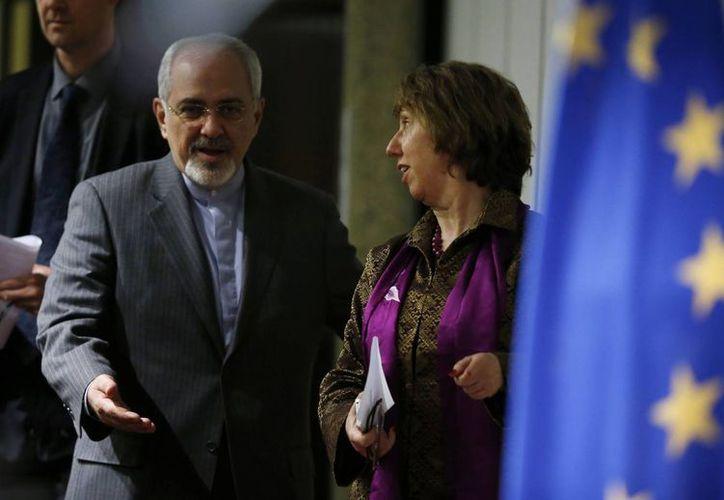 El canciller iraní, Mohammad Javad Zarif (i) y Catherine Ashton, jefa de política exterior de la Unión Europea, en la conferencia de prensa al término de las negociaciones nucleares iraníes. (Agencias)