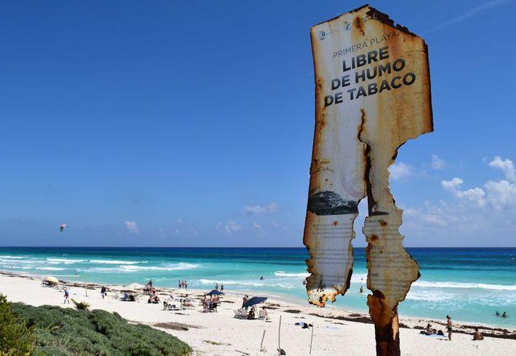 La playa de San Gervasio fue la primera en obtener la certificación 'libre de humo de tabaco' en México, pero hoy así luce esta distinción. (Gustavo Villegas/SIPSE)