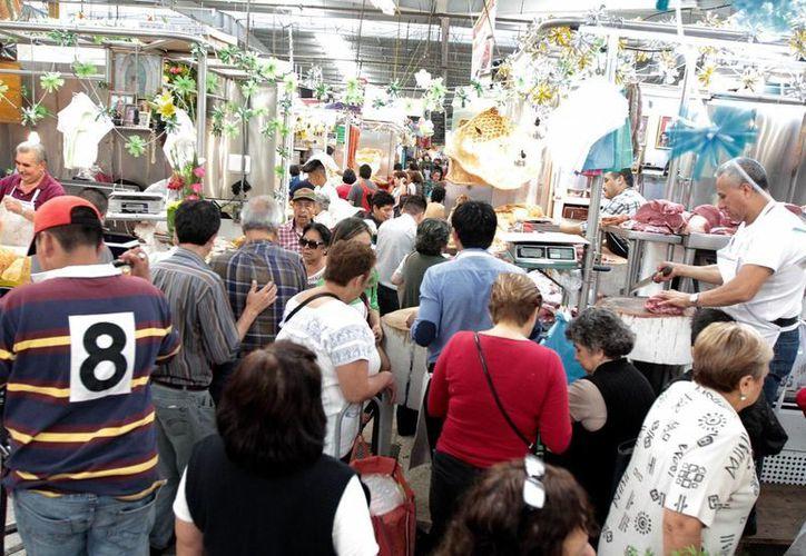 Entre los productos que más subieron de precio están el tomate verde, el jitomate y el gas doméstico. Foto de contexto de un mercado en la Ciudad de México. (Archivo/Notimex)