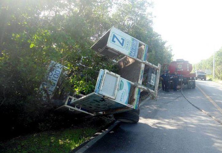 La unidad de la empresa que surte Gas LP, quedó fuera de la carretera en Progreso. (Milenio Novedades)