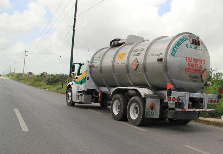 Niega el director de Transportes de Yucatán, Humberto Hevia, que el nuevo 'gasolinazo' vaya a incrementar el costo de la tarifa de transporte urbano de Mérida. (Jorge Acosta/Milenio Novedades)