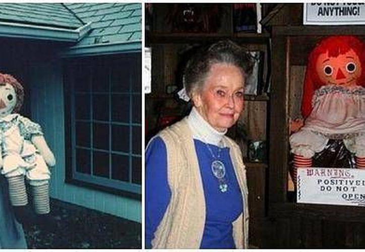 La señora Warren posa con la muñeca Annabelle en el Museo del Ocultismo.