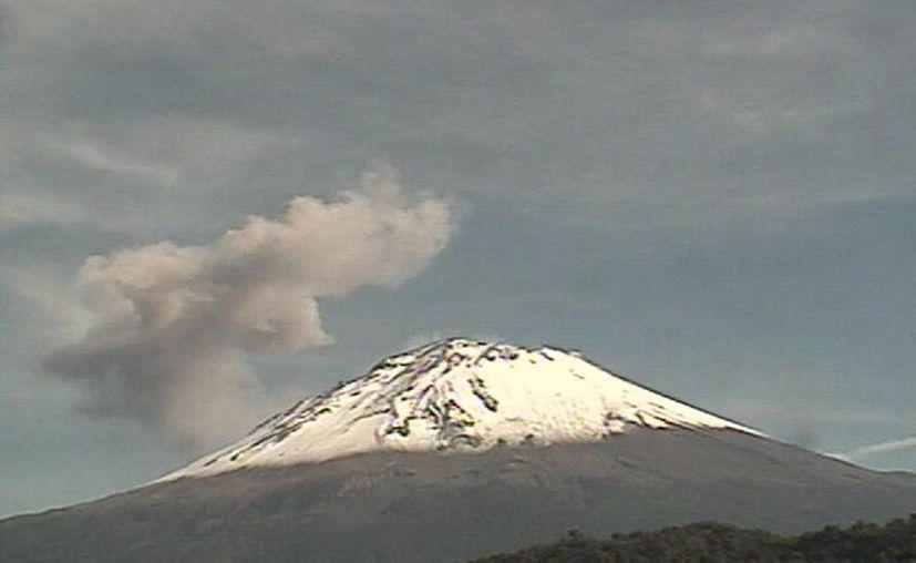 Este domingo por la mañana y hasta el momento del reporte se nota una débil pero continúa emisión de vapor de agua y gas en el volcán Popocatépetl. (cenapred.gob.mx)