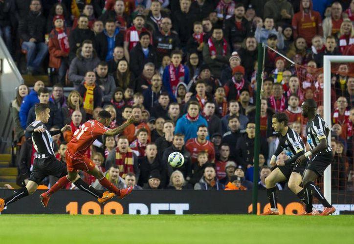 A los 9 minutos Raheem Sterling abrió el marcador a favor de Liverpool, que venció 2-0 a Newcastle en la Liga Premier inglesa. (Foto: AP)