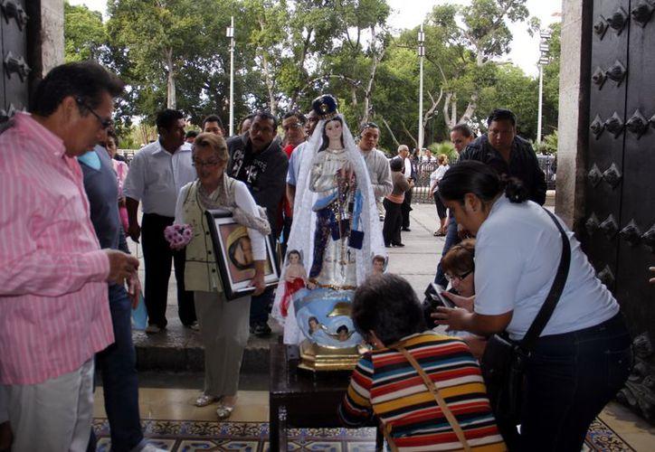 La imagen de la Virgen recorrió los alrededores de la plaza. (Juan Carlos Albornoz/SIPSE)