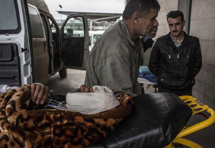Un hombre iraquí herido en un atentado con coche bomba es llevado a un hospital en Irbil. (AP/Manu Brabo)