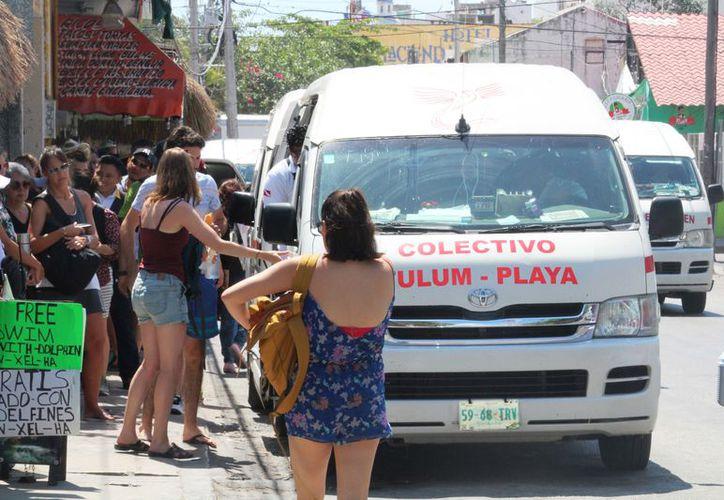 Cerca de tres mil personas usan las Vans para llegar a Cancún o Tulum. (Octavio Martínez/SIPSE)