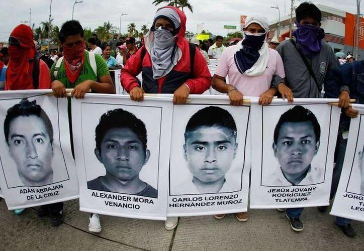 La PGR mandó un oficio a la Embajada de Estados Unidos en México, para solicitar el apoyo del FBI para saber si los normalistas realizaban actividades delictivas. Imagen de archivo de una marcha por la desaparición de los 43 estudiantes de Ayotzinapa. (ejecentral.com.mx)